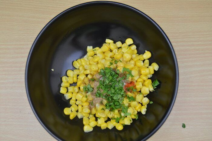 sweet corn and dry spices in a black bowl.