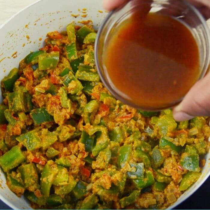 adding tamarind pulp to capsicum masala.